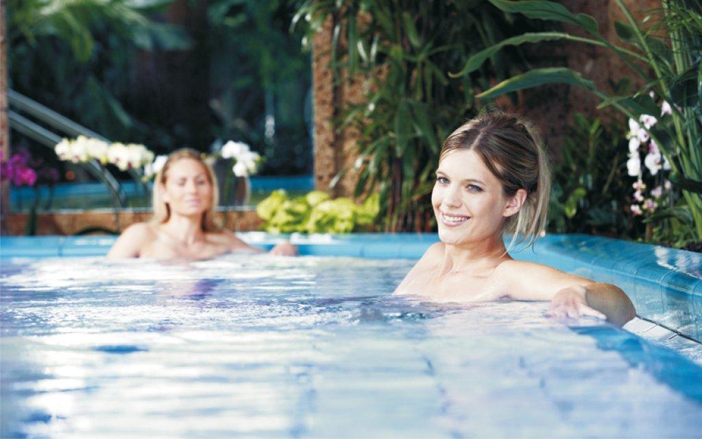 Therme Erding Frauen im Pool