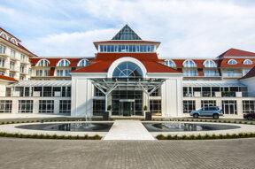 Außenansicht und Eingangsbereich des Grand Hotel Lubicz in Stolpmünde