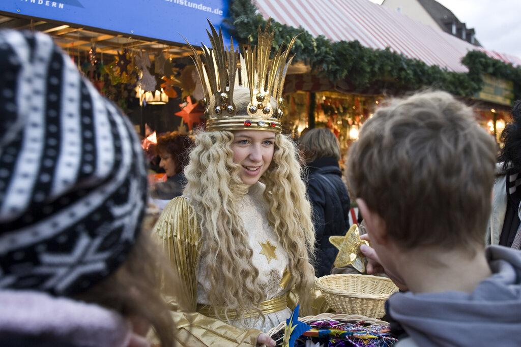 Christkind mit Besuchern auf dem Christkindlesmarkt Nürnberg
