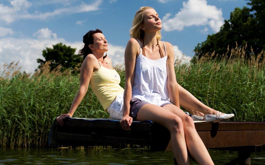 Frauen entspannen sich am See