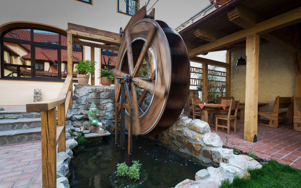 Prag Hotel Selský Dvur Zimmer Außen Atrium Mühlenrad Wasserrad