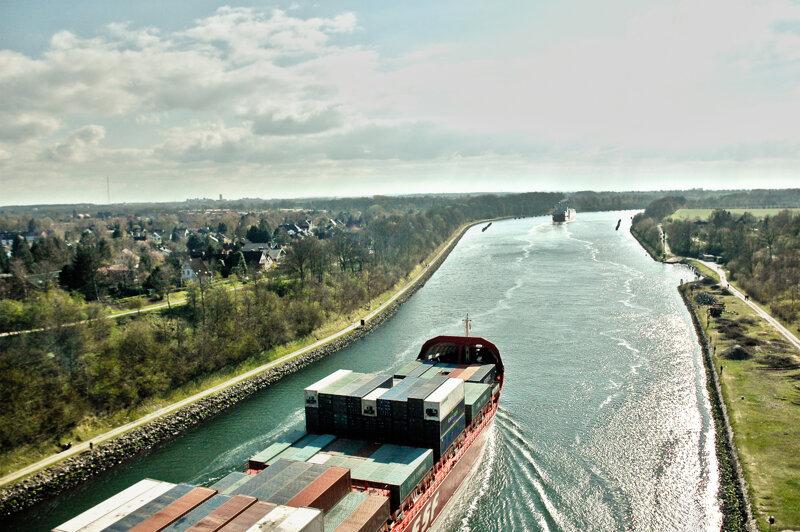 Nord-Ostsee-Kanal, Vogelperspektive Güterschiff