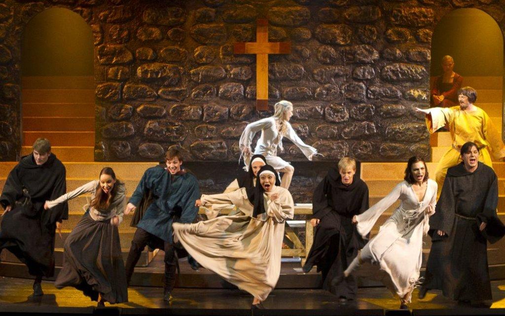 Musical die Päpstin Tanz in der Kirche