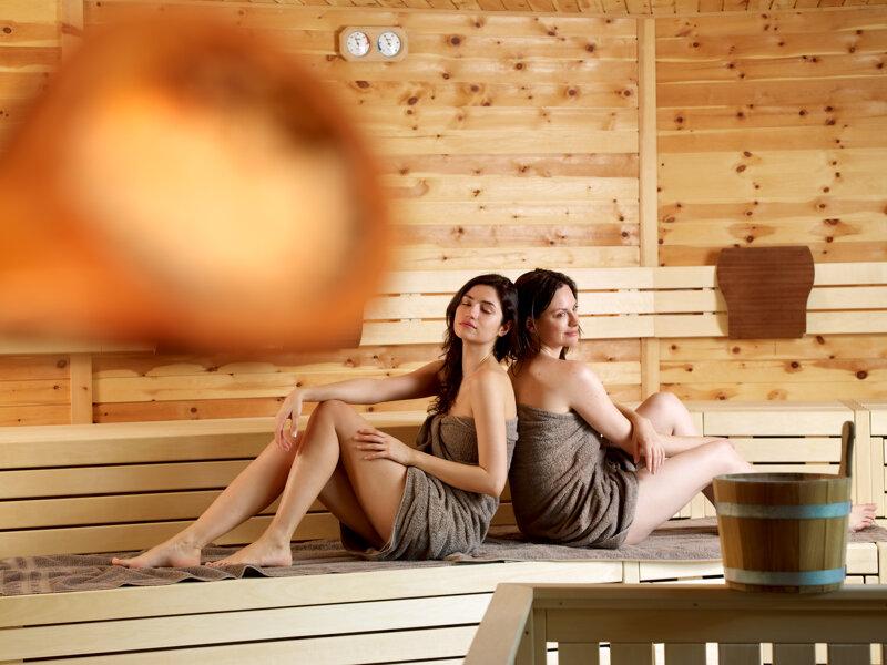 Zwei Frauen in der Sauna der Cascade-Badewelt in Südtirol