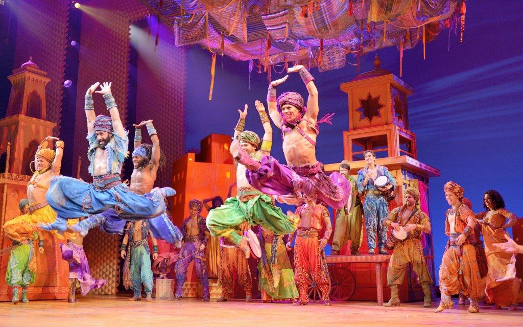 Aladdin Musical-Darsteller tanzen auf der Bühne