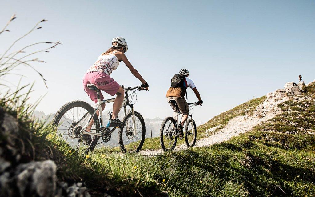 Zwei Mountainbiker im Aktivurlaub in Tirol