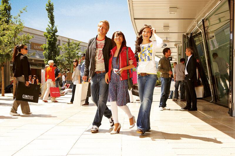 Designer outlets Wolfsburg - Gruppe besucht Mall