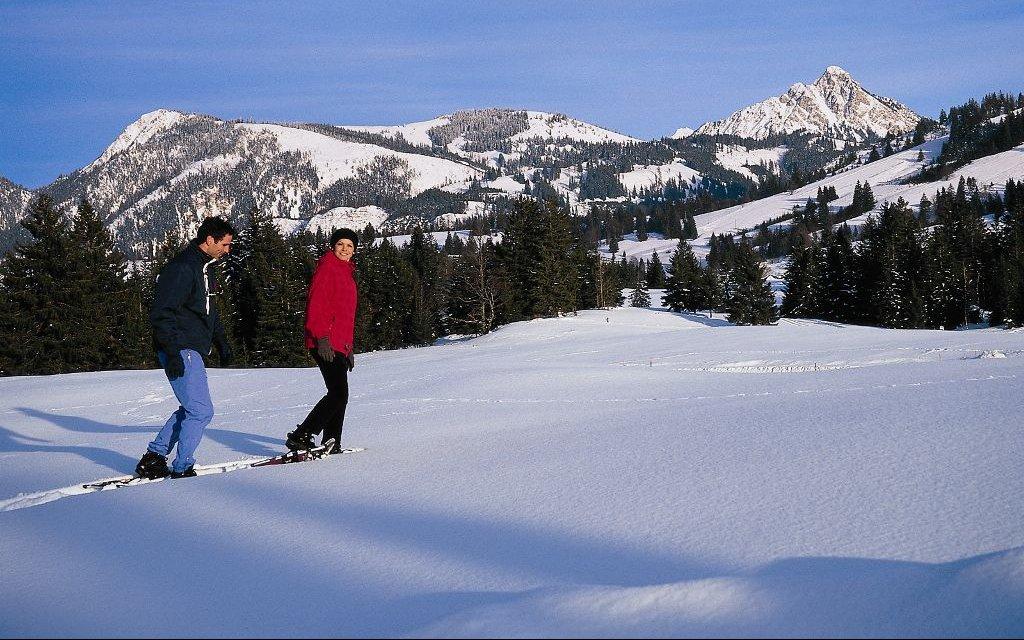 Paar im Schnee im Allgäu
