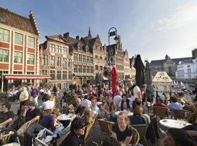 sommerliches Flair in Gent, Café mit vielen Gästen