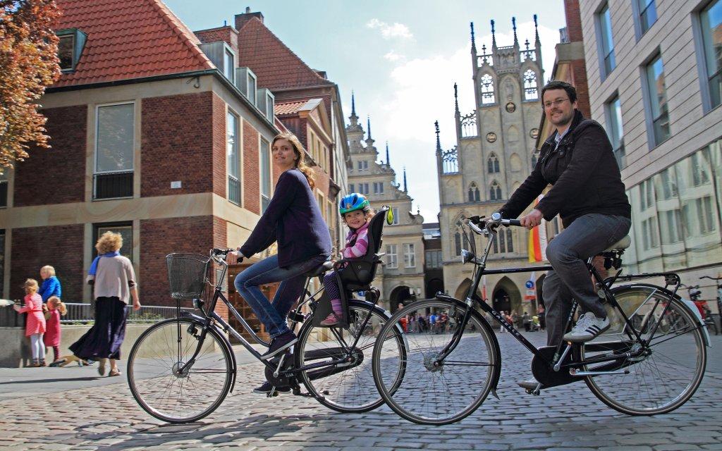 Sightseeing Münster Prinzipalmarkt Familie mit Kind auf Fahrrad