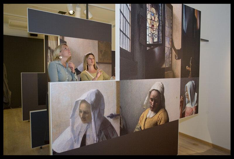 Zwei Frauen im Vermeer Center Delft