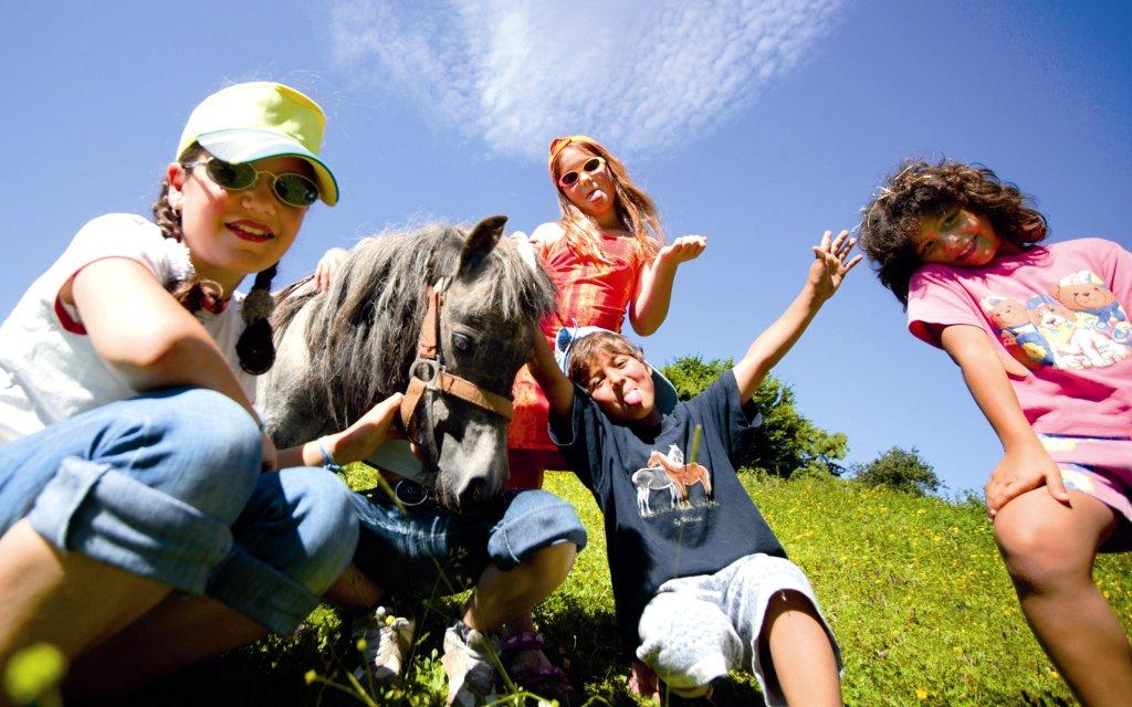 Kinder mit einem Pony im Allgäu