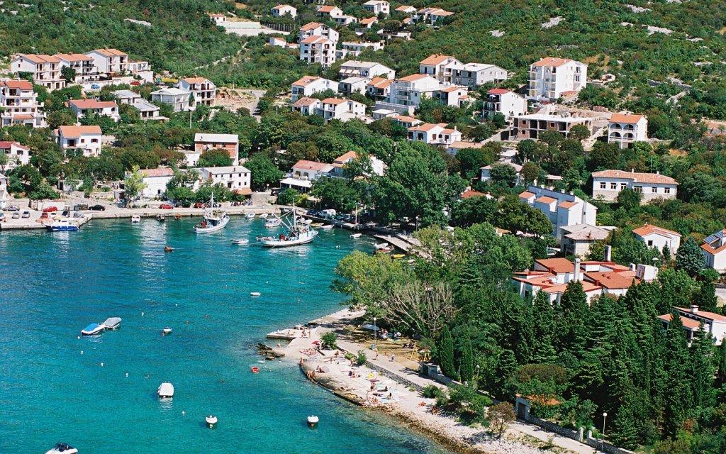 Küste von Kroatien mit einem Hafen von oben