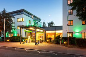 Beleuchteter Hoteleingang des Holiday Inn Dresden - City South.