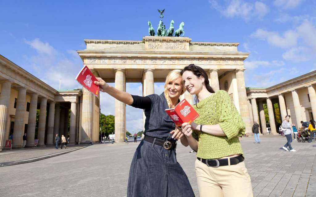 Touristen vor dem Berliner Tor