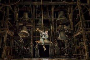 Quasimodo schwingend © Stage Entertainment