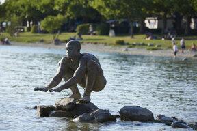 hockende Statue im Wasser