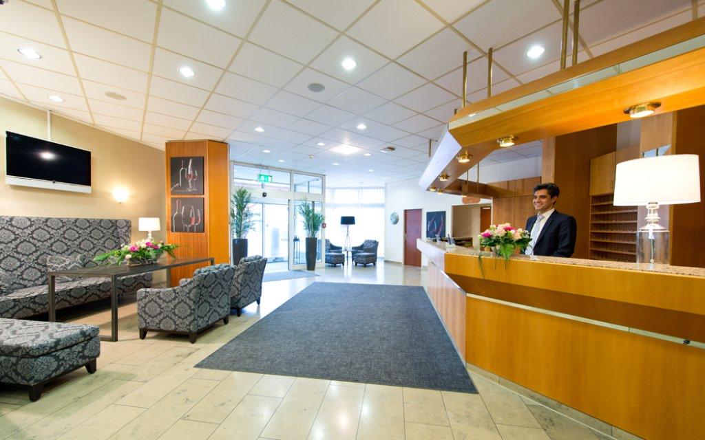 ACHAT Premium Neustadt-Weinstraße Rezeption mit Lobby