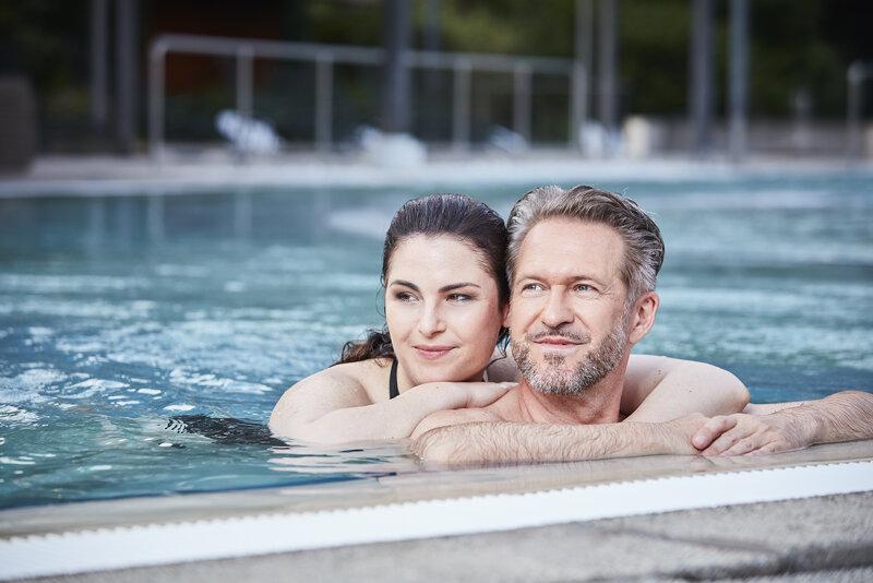 Balinea Therme Bad Bellingen, Paar im Pool