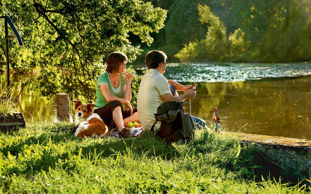 Paar mit Hund am See