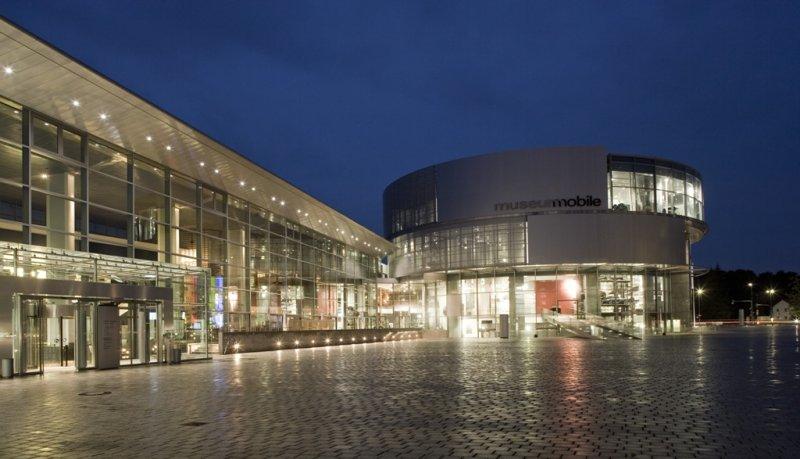 museum mobile Außenansicht bei Nacht