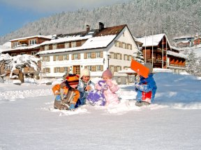 Haus außen Winter mit Kindern