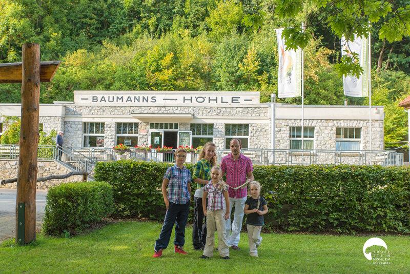 Familie vor der Rübeländer Tropfsteinhöhle