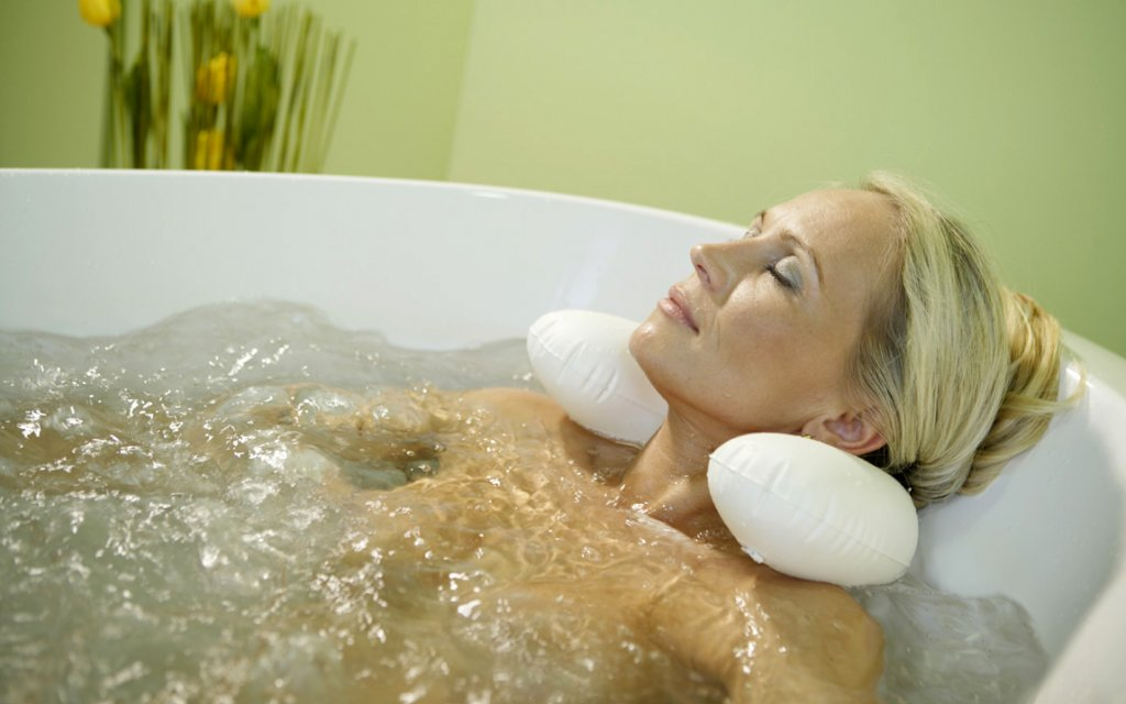 Frau im Wellness Sprudelbad