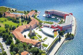 Außenansicht de Ferienanlage Bernardin mit Hotel Histrion, Yachthafen, Meer, Liegewiesen, Pools und Badeplateaus.