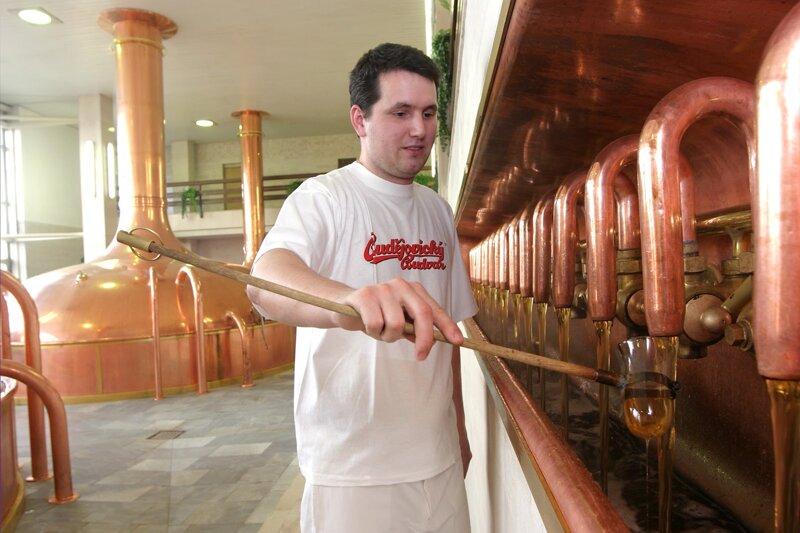 Mann beim Bierbrauen in der Brauerei Budweiser