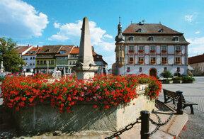 Julius-Echter-Brunnen mit Rathaus c Bad Kö