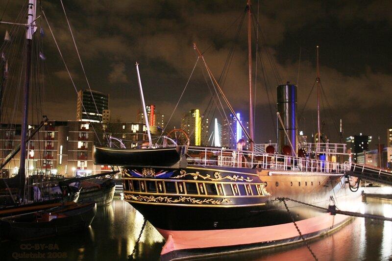Museumsschiff bei Nacht