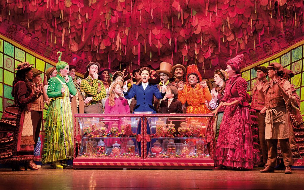 Mary Poppins Musical-Darsteller auf der Bühne