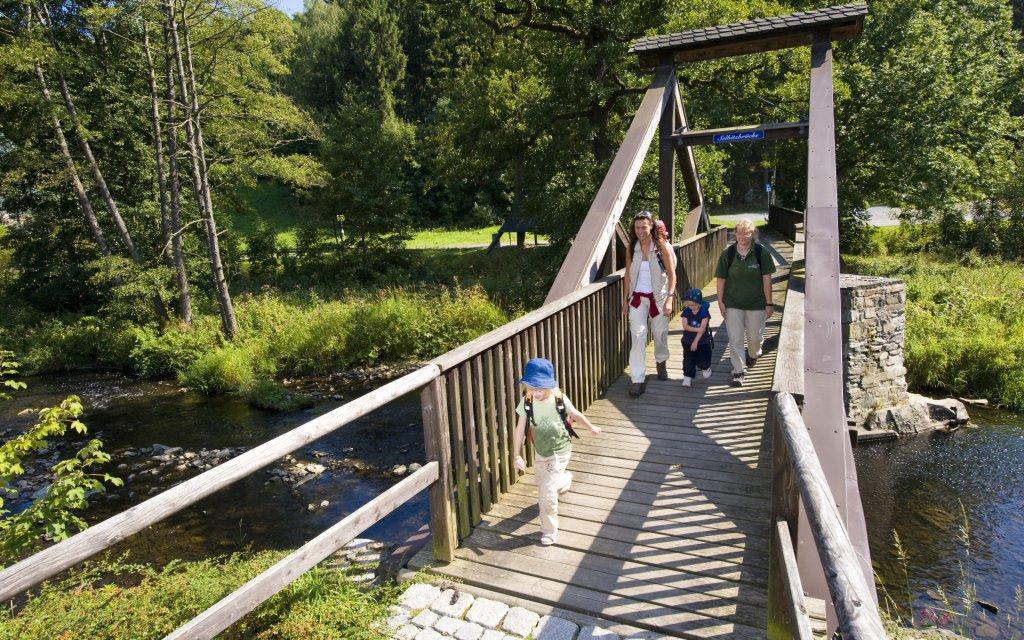 Familie wandert im Thüringer Wald