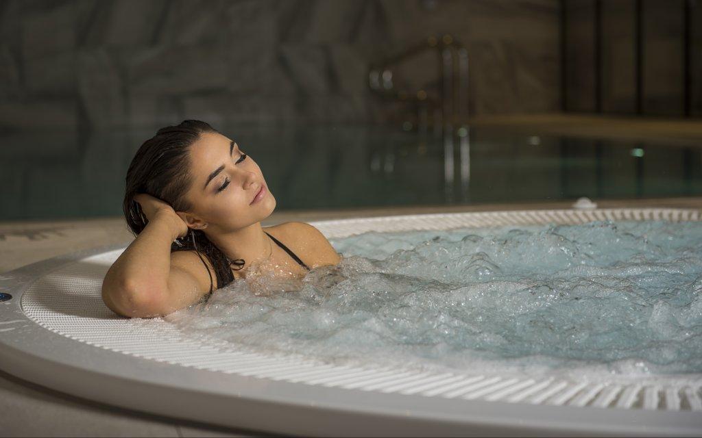 entspannte Frau im Whirlpool