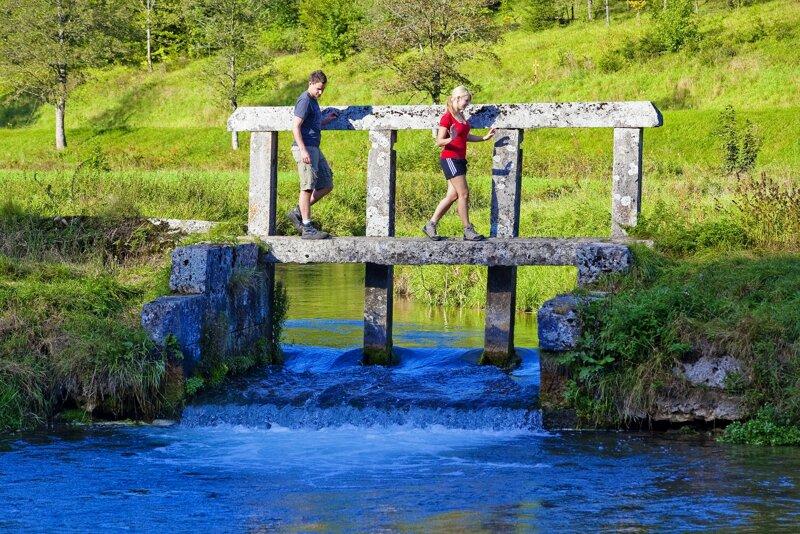 Wanderer auf einem Wasserschwall