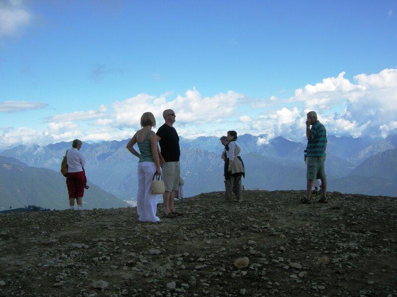 Wanderer auf dem Gipfel des Mottarone