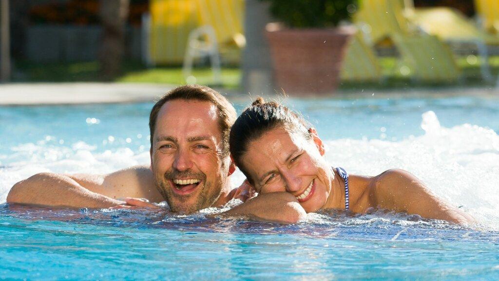 Paar im Becken in der Therme Bad Krozingen