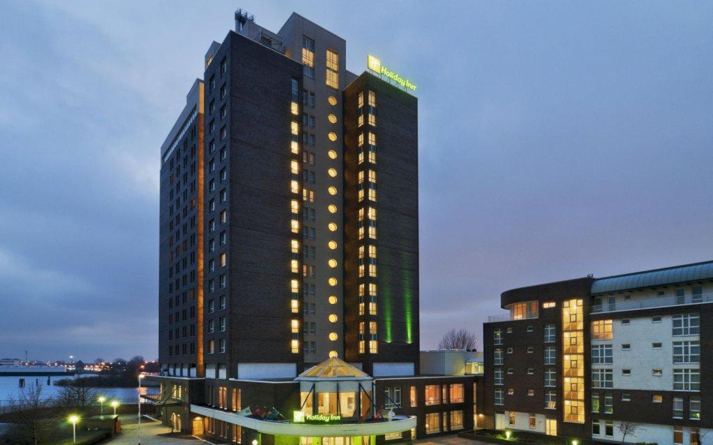Holiday Inn Hamburg Außenansicht abends