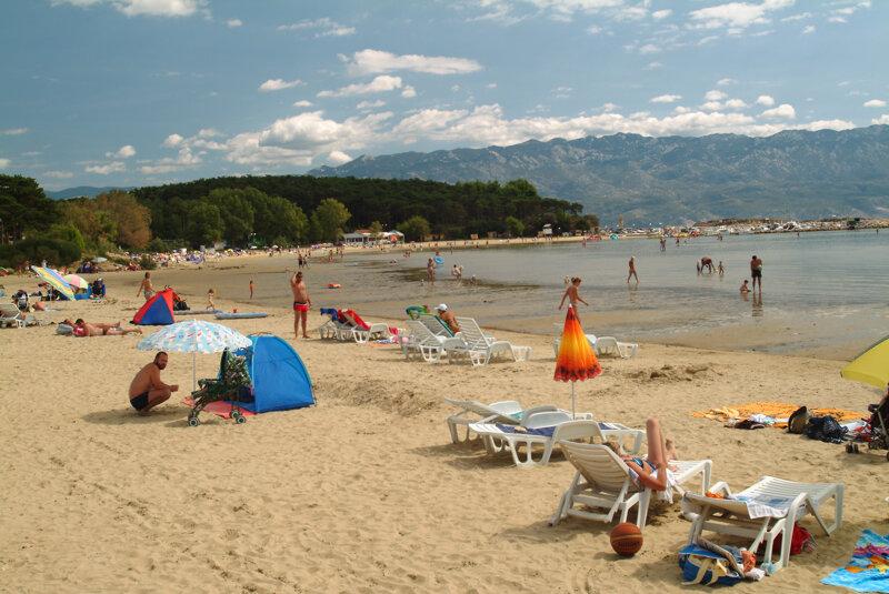 Strand in Lopar mit Touristen