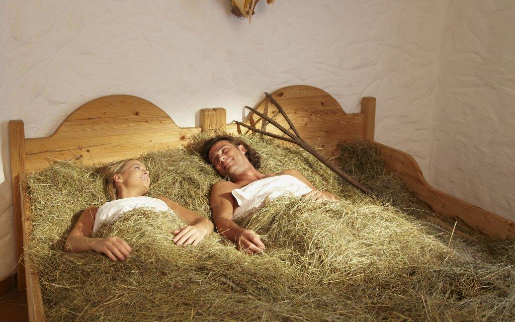 Paar mit Bett mit Heu