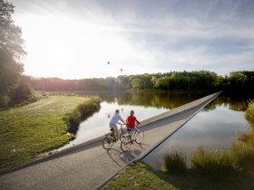 Fietsen door het water 2 © Visit Limburg  D. Samyn
