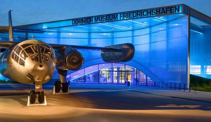Dornier Museum bei Nacht, kunstvoll beleuchtet