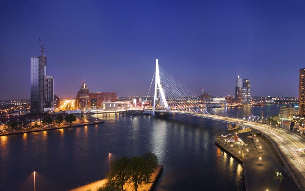 Die Erasmusbrug in Rotterdam bei Nacht