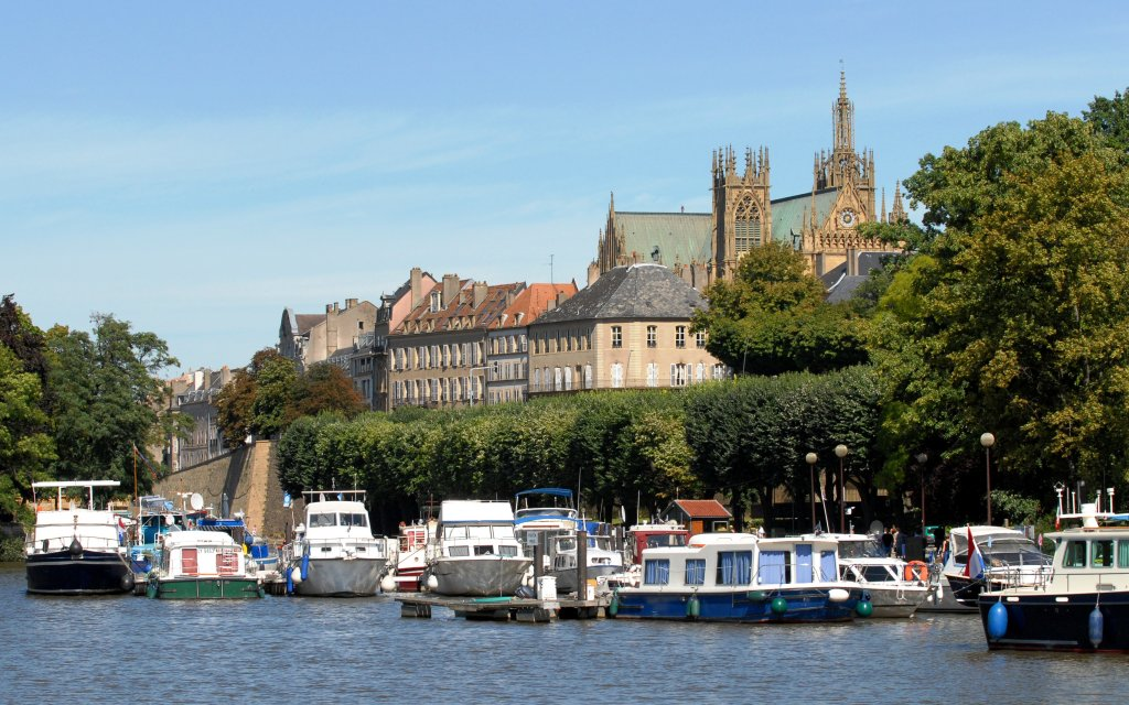 Hafen von Metz mit Schiffen