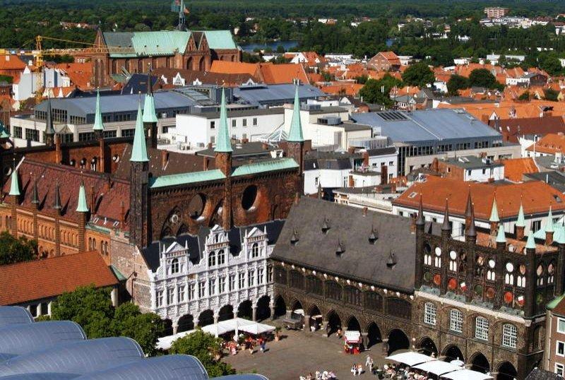 Marktplatz und Rathaus Lübeck Luftaufnahme
