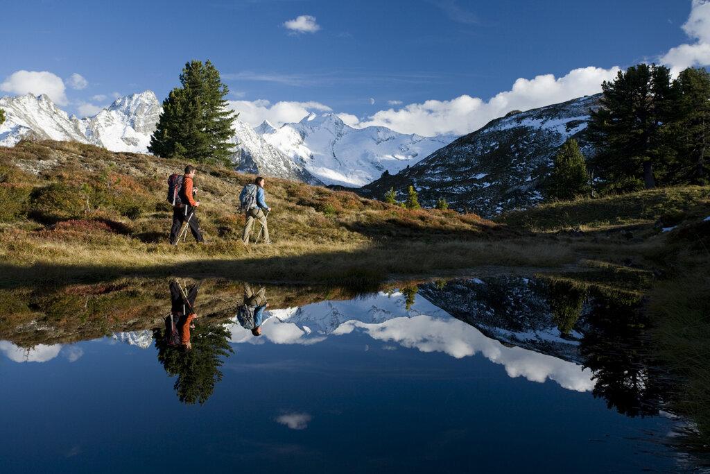 Zwei Wanderer im herbstlichen Zillertal
