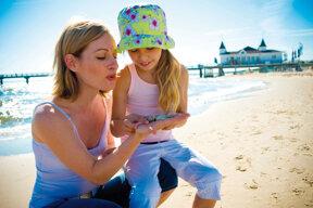 Mutter und Kind am Strand von Ahlbeck mit Seebrücke