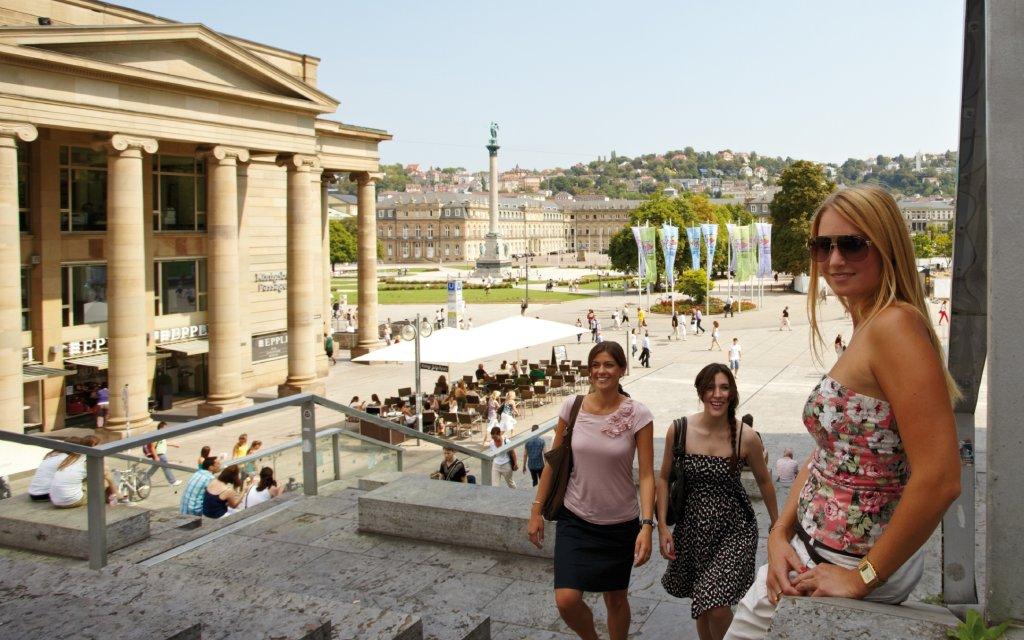 Kleiner Schlossplatz Stuttgart Frau lachend auf Treppe