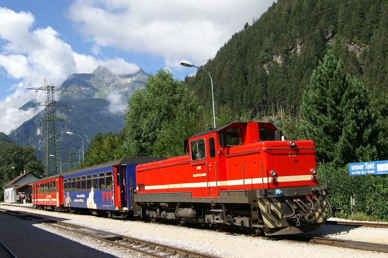 die schmucke rote Dampflok der Zillertalbahn